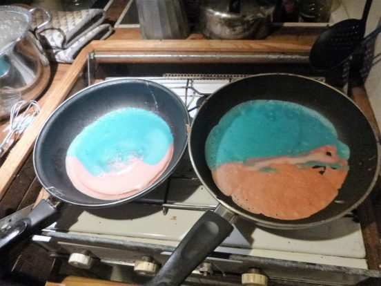 David maakt kleurige pannenkoeken