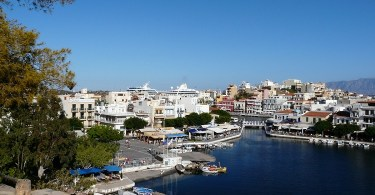 Blick über Agios Nikolaos auf Kreta