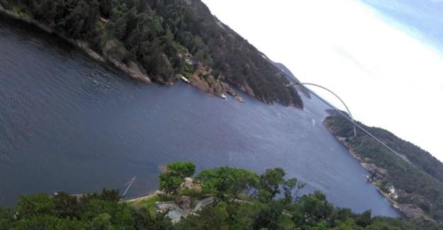 der Grenzfluss mit der Autobahn-Brücke