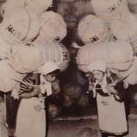 米俵を持つ女性