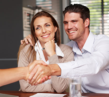 Un couple se fait accompagner dans son projet immobilier par un consultant megAgence