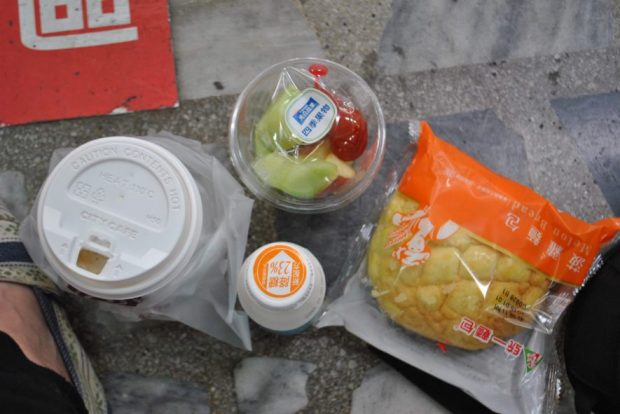 For early mornings on the go, I oftentimes satisfied myself with the 7-11 classic: Coffee, fruit cup (always with a tomato), drinkable yogurt and a bun.