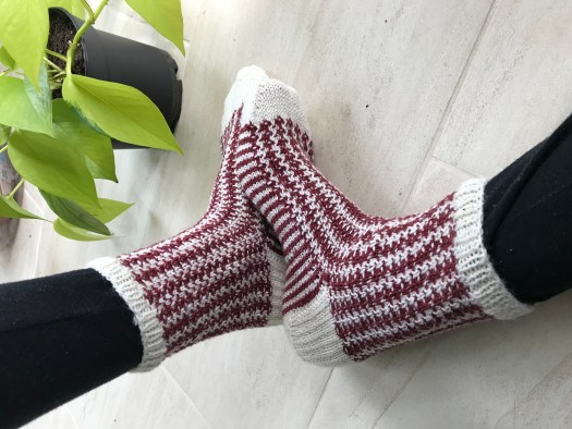 Crunchy leaves knitting socks pattern