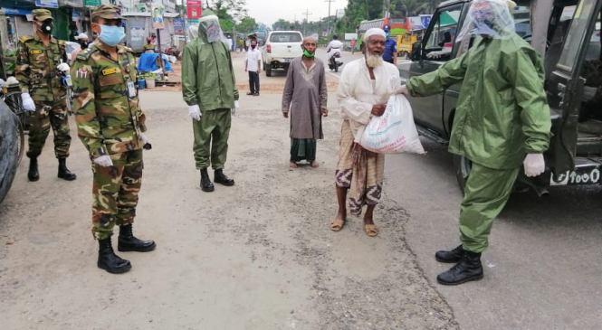 লক্ষ্মীপুরে অসহায়দের খাদ্য সহায়তা দিচ্ছে সেনাবাহিনী