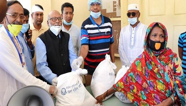 কমলনগরে অসহায়রা পেলো জেলা পরিষদের খাদ্যসামগ্রী