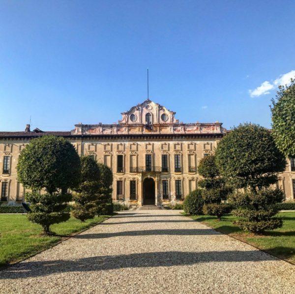 la facciata di villa arconati