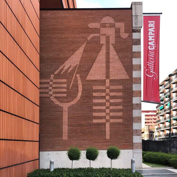 Bassorilievo all'esterno della Galleria Campari