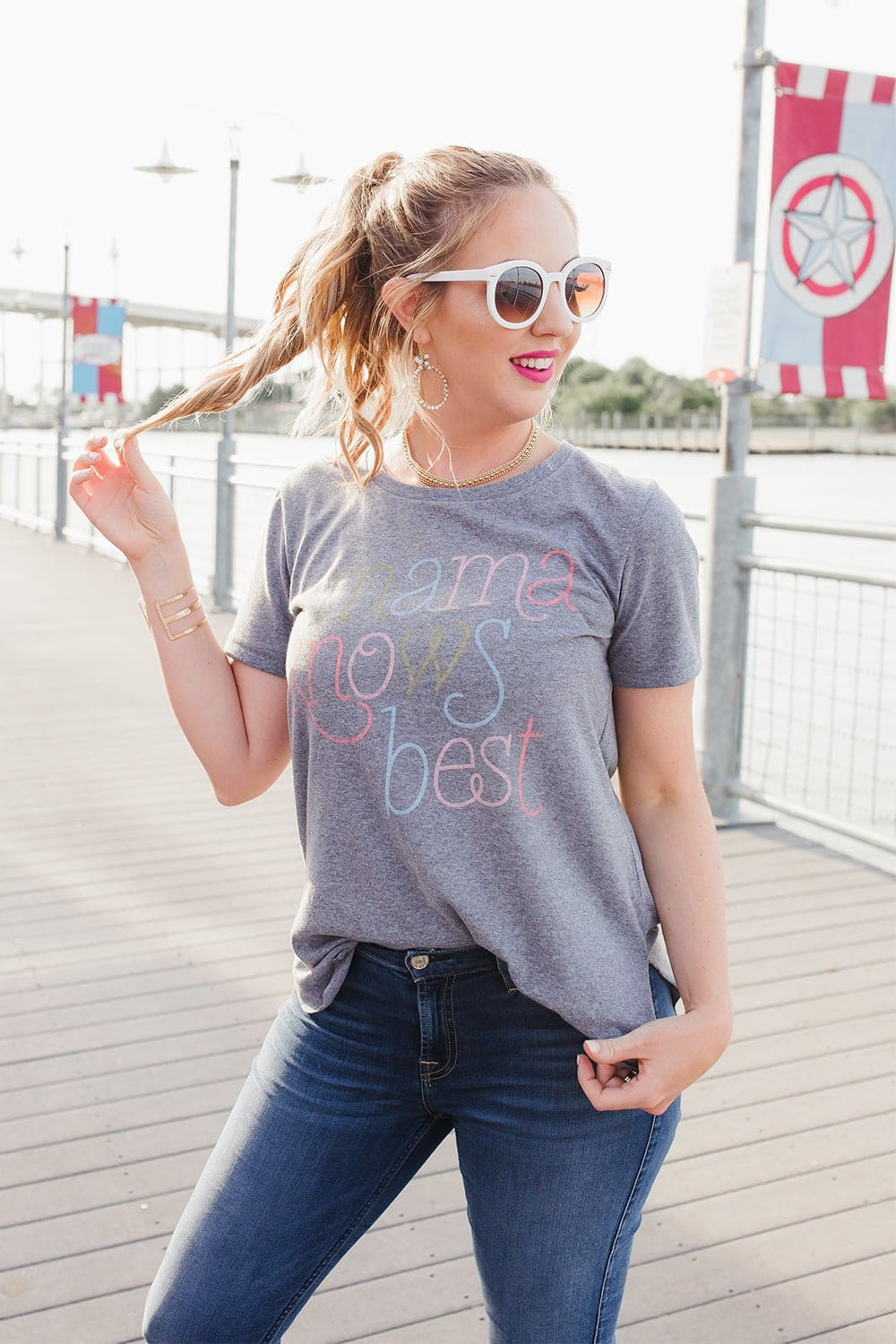 Houston lifestyle blogger Meg O. on the Go styles a graphic tshirt that says Mama Knows Best