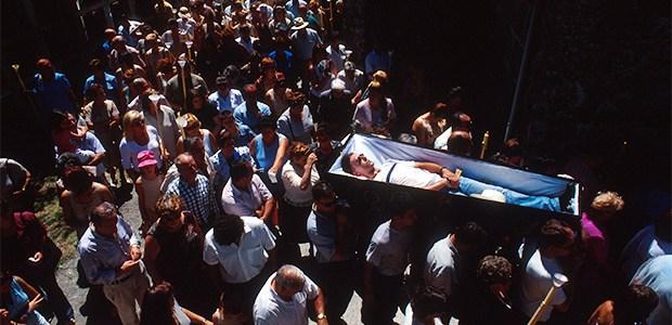 Devoción tétrica en Ribarteme: desfilan en ataúdes para burlar a la muerte