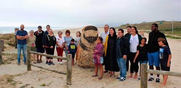 Unha píllara de ferro e vimbio convértese no símbolo do turismo sustentable polo que aposta o concello de Carballo