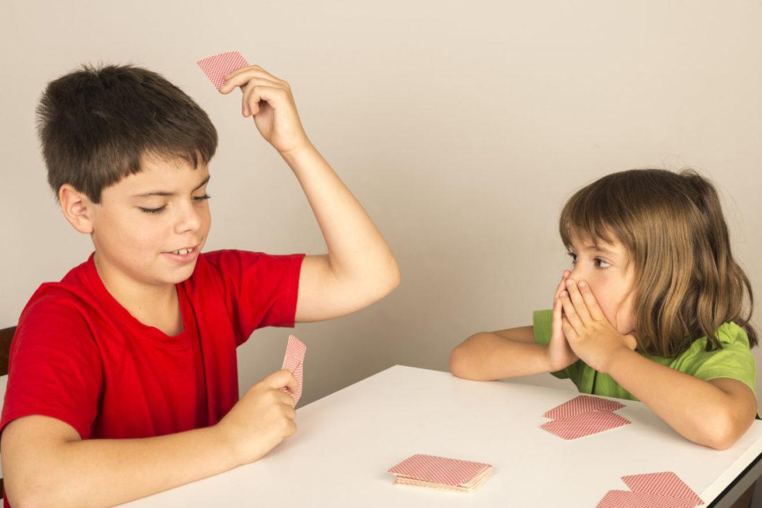 Jeu de cartes bataille entre enfants