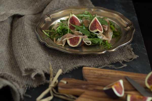 芝麻菜、无花果和意大利风干火腿沙拉