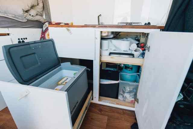 Die Küchenzeile unseres Campers mit Kühlschrank, Gas und Abwassertank