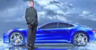Henrik Fisker vor dem Elektroauto Fisker Karma. Bildquelle: Fisker Automotive