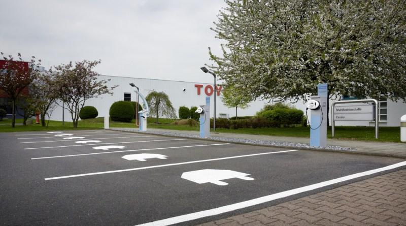 Strom-Parkplätze am Sitz von Toyota Deutschland. Foto: Auto-Medienportal.Net/Toyota