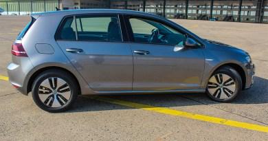 Elektroauto VW e-Golf von der Seite