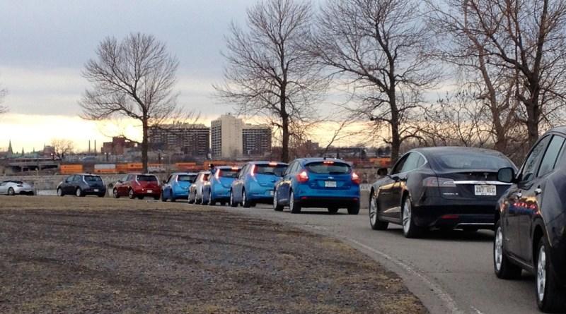 Hier fahren die Besitzer mit ihren Elektroautos in einer Kolonne. Bildquelle: aveq.ca