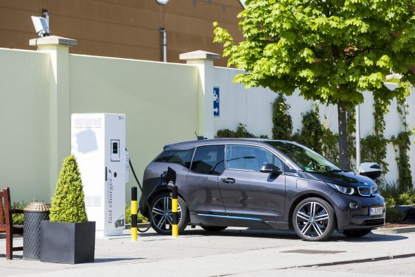 Das Elektroauto BMW i3 an einer DC-Schnellladesäule im Ingolstadt Village an der A9. Bildquelle: BMW Group
