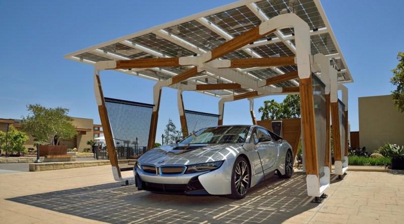 Hier sieht man das Plug-In Hybridauto BMW i8, wie es in dem Solarcarport steht. Bildquelle: Auto-Medienportal.Net/BMW