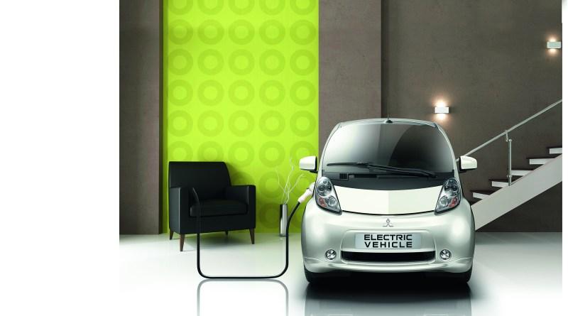 Das Elektroauto Mitsubishi Electric Vehicle (früher auch bekannt als i-MiEV) als mobiler Pufferspeicher. Bildquelle: Mitsubishi Motors
