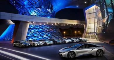 Die ersten 8 Exemplare des Plug-In Hybridauto BMW i8 wurden an ihre neuen Besitzer übergeben. Bildquelle: BMW
