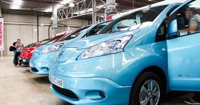 Elektroauto Nissan e-NV200 nebeneinander