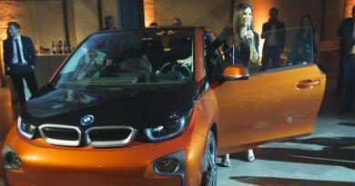 Hollywoodstars Sandra Bullock und Brad Pitt überreichten Schlüssel für das Elektroauto BMW i3. Bildquelle: Makeitright
