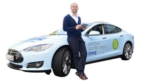 """Tim mit """"seinem"""" Elektroauto Tesla Model S. Bildquelle: RWE"""
