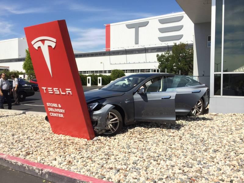 Das Elektroauto Tesla Model S nach dem Unfall. Bildquelle: User: s1lentway von Reddit.com