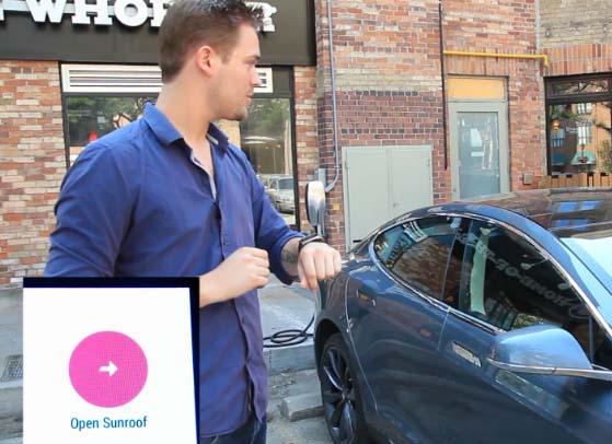 Mit der Smartwatch kann man auch das Elektroauto Tesla Model S steuern. Bildquelle: Matthew Patience / Youtube