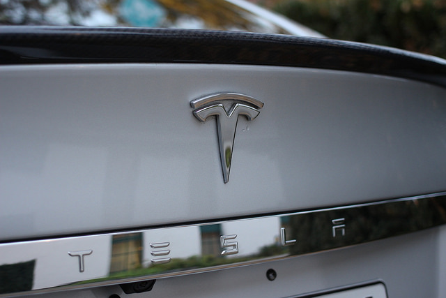 Elektroauto Tesla Model S Schriftzug. Bildquelle: flickR pestoverde (Maurizio Pesce) Creative Commons Attribution 2.0 Generic (CC BY 2.0)