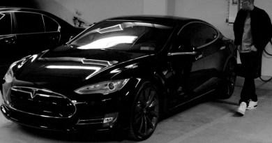 Jay Z und das Elektroauto Tesla Model S.