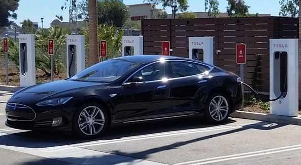 Elektroauto Tesla Model S an einer Supercharger genannten Ladestation. Bildquelle: Tesla Motors / Twitter