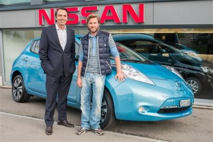 Cedric Diserens (links im Bild, Geschäftsführer von Nissan Schweiz) übergibt an Nick Heidfeld (rechts im Bild) das Elektroauto Nissan Leaf. Bildquelle: Nissan