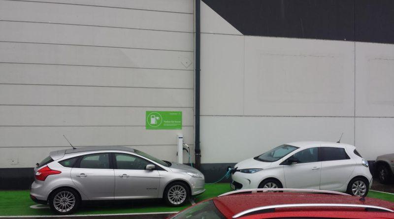 2 Elektroautos vor einer Ladestation. Bildquelle: James