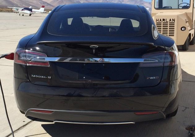 Sieht man hier das Heck des neuen Fahrzeugs, welches Tesla Motors am 9. Oktober der Öffentlichkeit präsentieren will? Bildquelle: teslamotorsclub.com / adelman