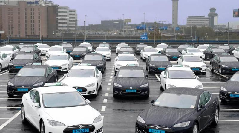 Das sind die ersten Elektroautos vom Typ Tesla Model S, welche bei dem Flughafen Amsterdam als Taxi eingesetzt werden. Bildquelle: Tesla Motors