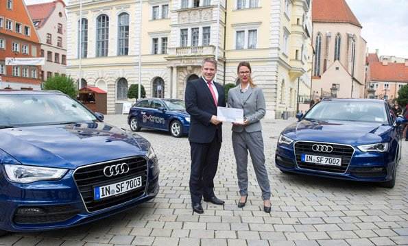Heute übergab Bettina Bernhardt (rechts), Leiterin Audi mobility, dem Oberbürgermeister der Stadt Ingolstadt, Dr. Christian Lösel (links), drei Audi A3 Sportback g-tron-Modelle für den kommunalen Fuhrpark. Bildquelle: Audi