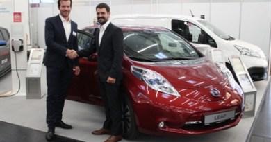 Nissan und die smartlab Innovationsgesellschaft fördern Elektromobilität: Joachim Köpf, Manager eMobility, Nissan Center Europe GmbH mit smartlab Geschäftsführer Dr. Mark Steffen Walcher. Bildquelle: Nissan