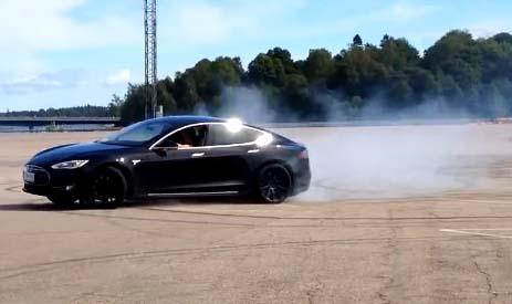 Mit dem Elektroauto Tesla Model S kann man auch driften. Bildquelle: 4WheelsofLux / Youtube.com