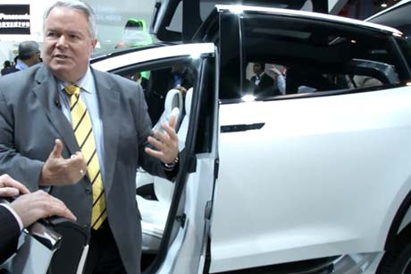 Panasonic demonstriert die Flügeltüren des Elektroauto Tesla Model X. Bildquelle: Youtube/Panasonic