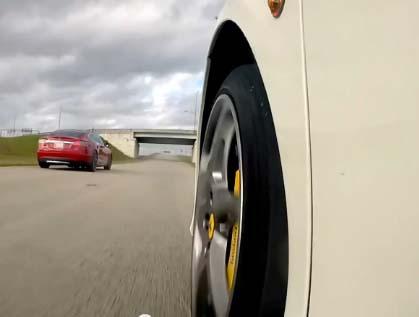 Das Elektroauto Tesla Model S P85D (rotes Fahrzeug) vs. Ferrari 458 Italia (das weiße Fahrzeug). Bildquelle: Screenshot Youtubevideo (Rego Apps, Youtube)