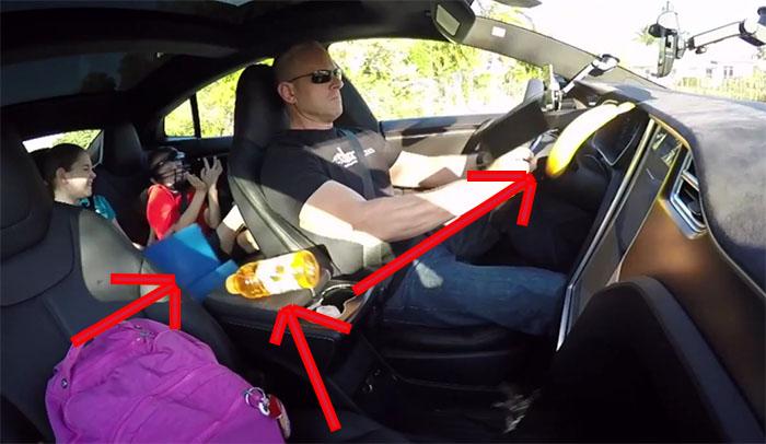 Wer zu stark mit dem Elektroauto Tesla Model S beschleunigt und die Sachen nicht richtig deponiert hat, wird sie später wieder im Auto suchen müssen. Bildquelle: Screenshot Youtube.com, Kanal DragTimes