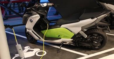 Hier sieht man das Ladesystem von ubitricity und im Hintergrund der Elektroroller BMW C Evolution