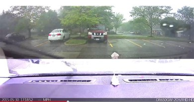 Das Licht stammt von dem Blitz, welcher gerade eingeschlagen hat, als das Elektroauto Tesla Model S aufgeladen worden ist. Bildquelle: Youtube.com (User: Sarah Day)