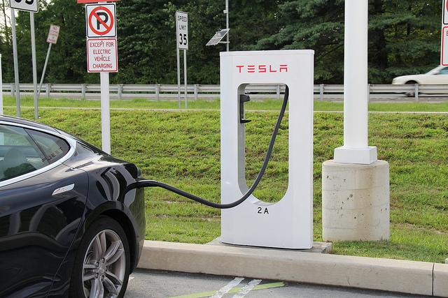 Elektroauto Tesla Model S Supercharger. Bildquelle: FlickR (User: jecoopr)