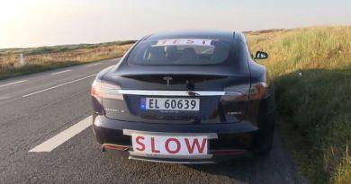 Der Norweger Bjorn Nyland hat sein Elektroauto Tesla Model S P85D mit Hinweistafeln ausgestattet, da er nur mit einer Durchschnittsgeschwindigkeit von 39 km/h unterwegs war. Bildquelle: Screenshot Youtube (Björn Nyland)