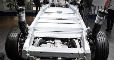 Hier sieht man den Fahrzeugrahmen, samt Elektromotoren, Stoßdämpfer und Batterieeinheit des Elektroauto Tesla Model S P90D. Dieser wurde auf der IAA 2015 in Frankfurt am Main gezeigt.