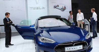 Elektroauto Tesla Model S P90D auf der IAA 2015 in Frankfurt am Main