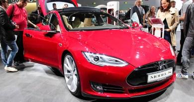 Elektroauto Tesla Model S in rot IAA 2015
